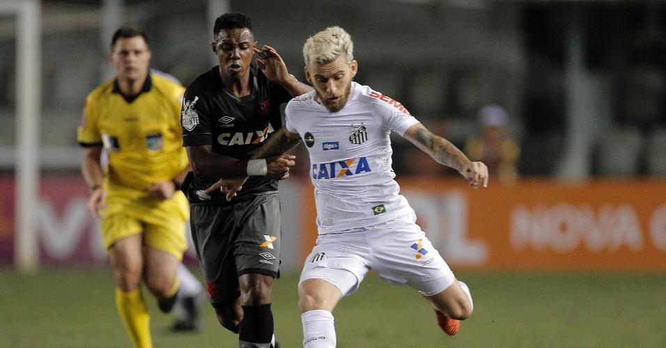 Lucas Lima e Wellington disputam bola em Santos e Vasco pelo Campeonato Brasileiro