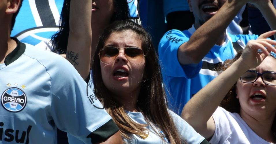 Torcedora do Grêmio vibra com o título da Libertadores na arquibancada da Arena