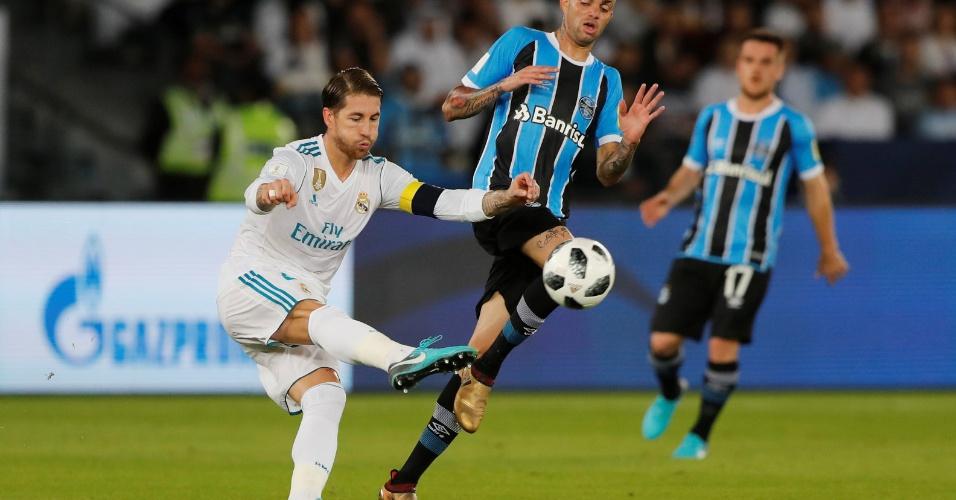 Sergio Ramos afasta a bola observado de perto por Luan na final do Mundial