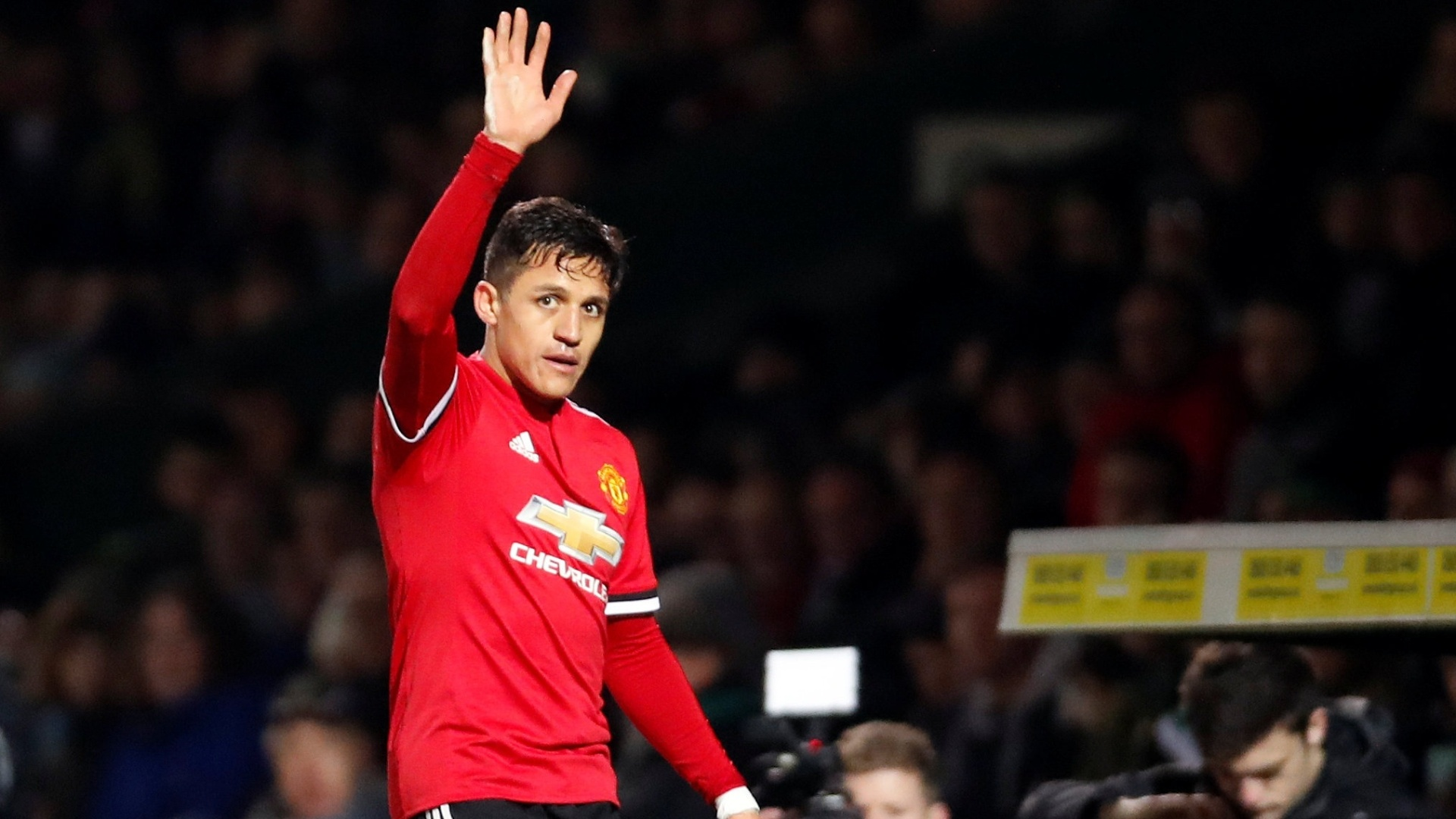 Alexis Sánchez cumprimenta a torcida em sua estreia pelo Manchester United