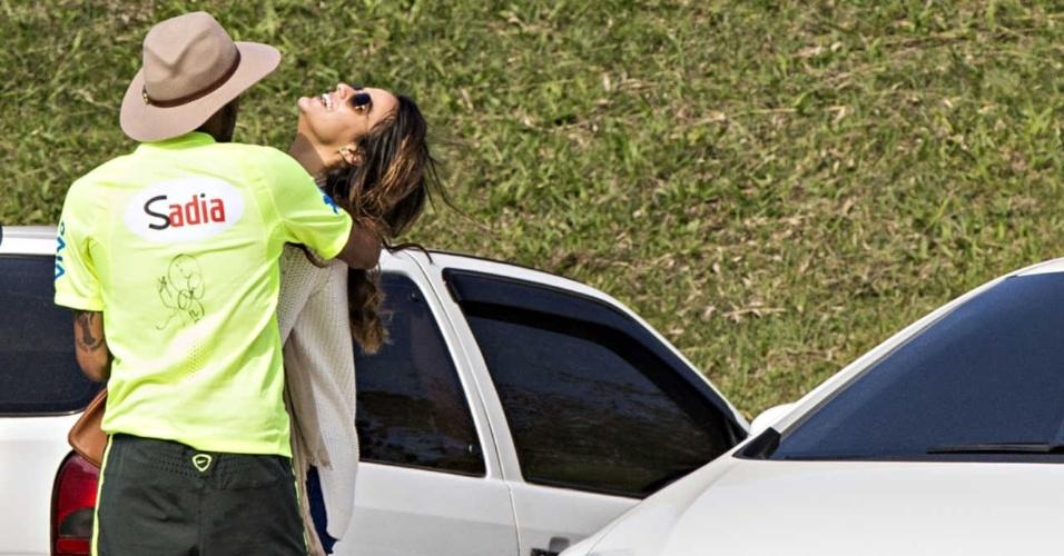 Neymar abraça Bruna Marquezine durante visita da atriz à Granja Comary, em 2014, às vésperas do início da Copa do Mundo