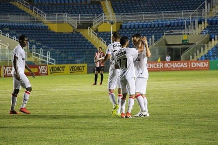 Jogadores do Vitória comemoram gol diante do Ferroviário, pela Copa do Nordeste