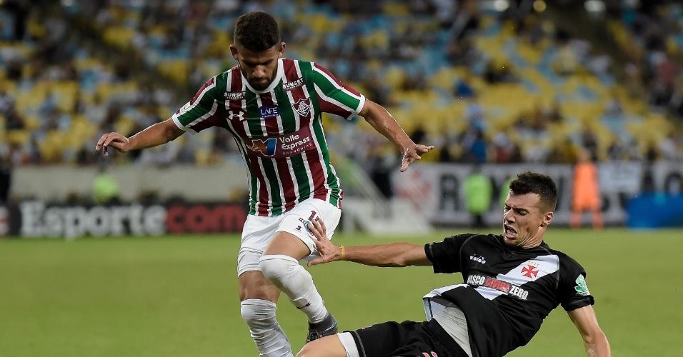 Jadson e Wagner disputam bola em Fluminense x Vasco pelo Campeonato Carioca