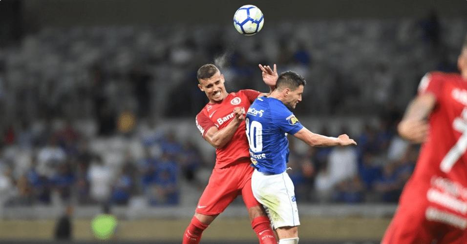 Zeca e Thiago Neves disputam pelo alto durante Cruzeiro x Internacional