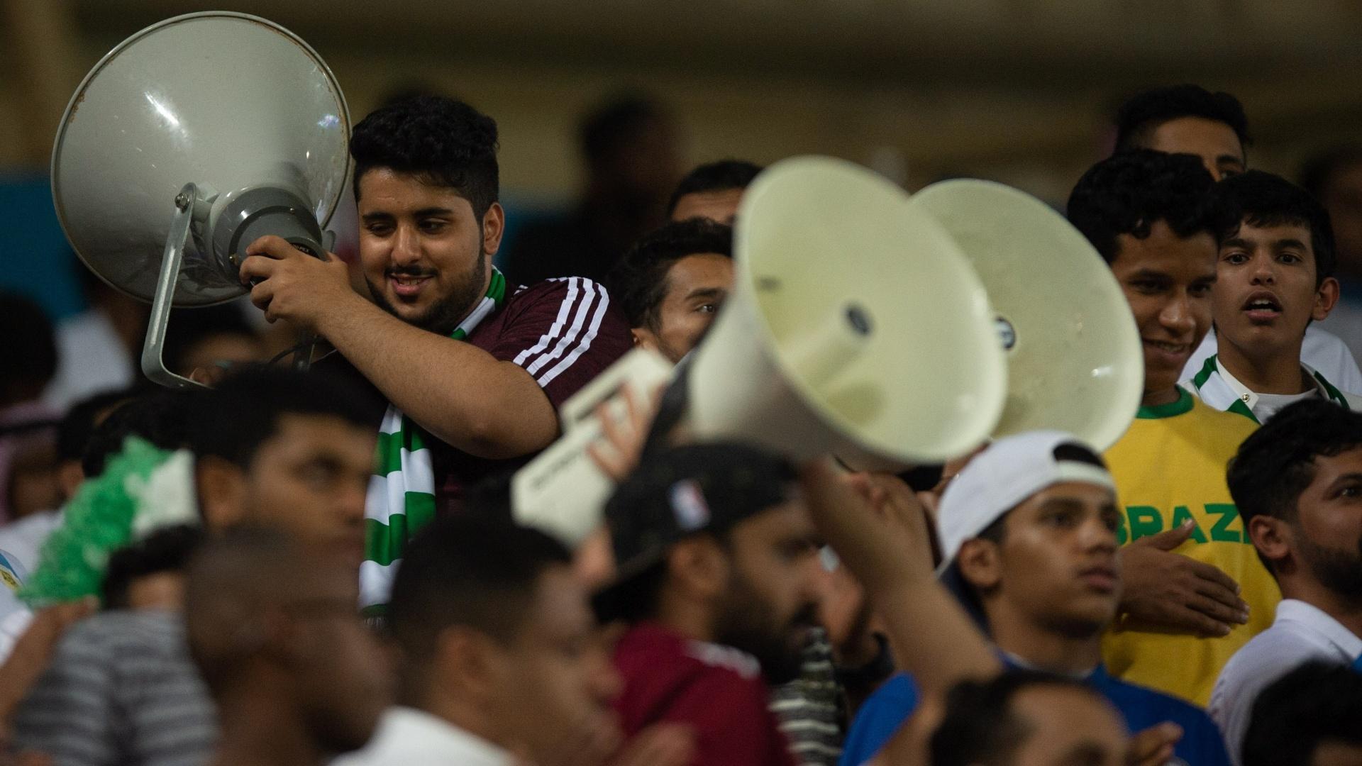 Torcedores sauditas usam megafones durante amistoso contra a seleção brasileira