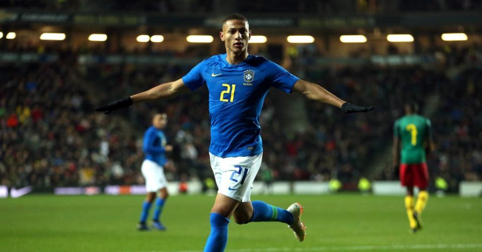 Richarlison comemora gol do Brasil sobre Camarões