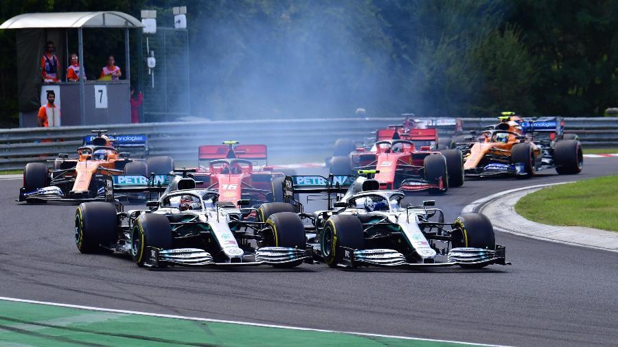 Hamilton e Bottas dividem curva logo depois da largada - Andrej ISAKOVIC / AFP