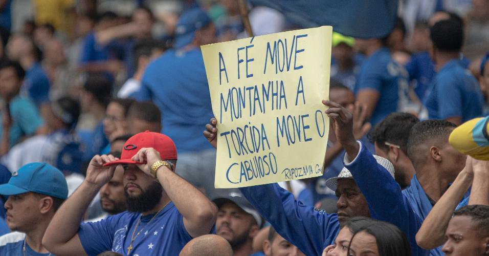 Torcida do Cruzeiro exibe cartaz em jogo contra o Palmeiras, que pode rebaixar o time mineiro