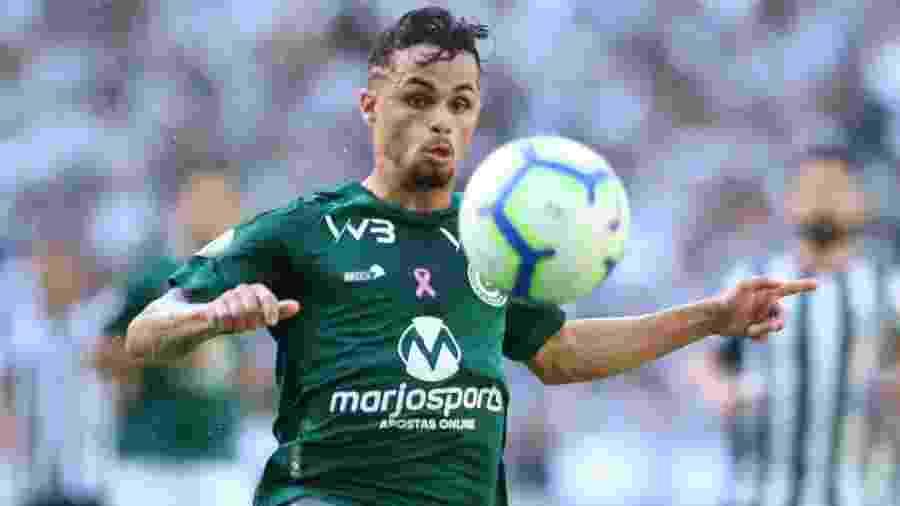 Atacante Michael, do Goiás, controla a bola em partida contra o Ceará no Castelão - Pedro Chaves/AGIF