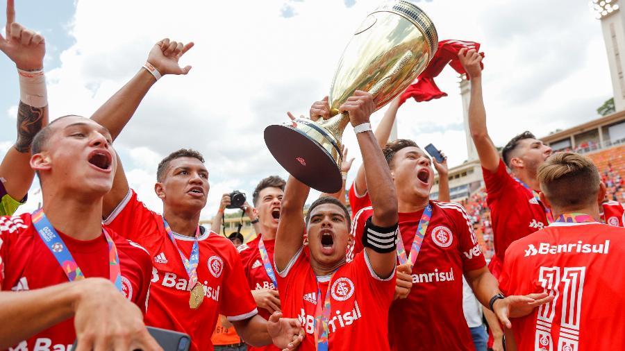 Jogadores do Inter levantam a taça da Copa São Paulo -  Fernanda Luz/AGIF