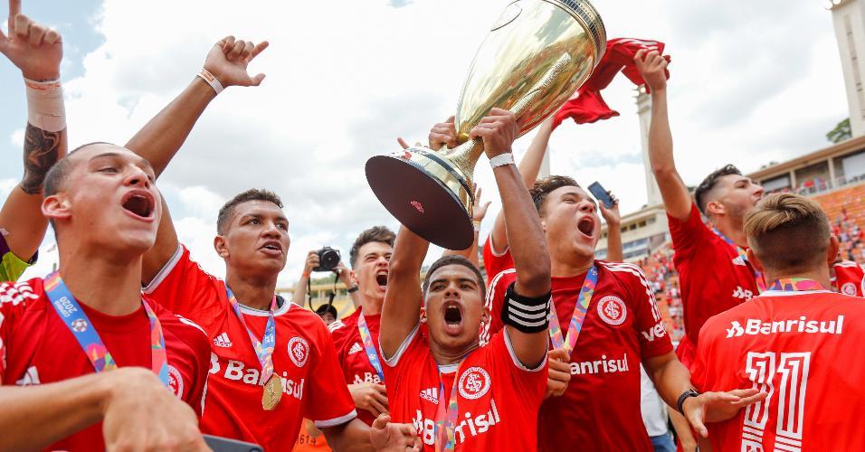 Jogadores do Inter levantam a taça da Copa São Paulo