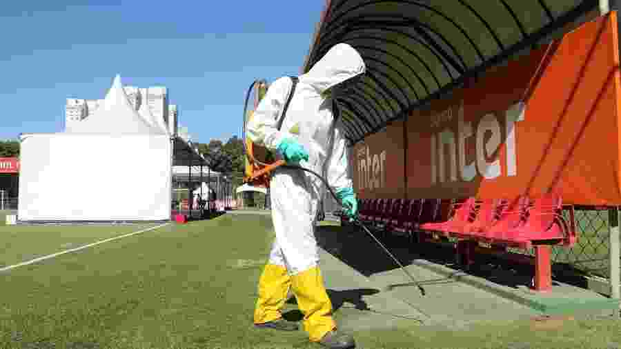 Funcionário desinfecta banco de reserva de um dos campos do CT da Barra Funda, do São Paulo - Rubens Chiri / saopaulofc.net