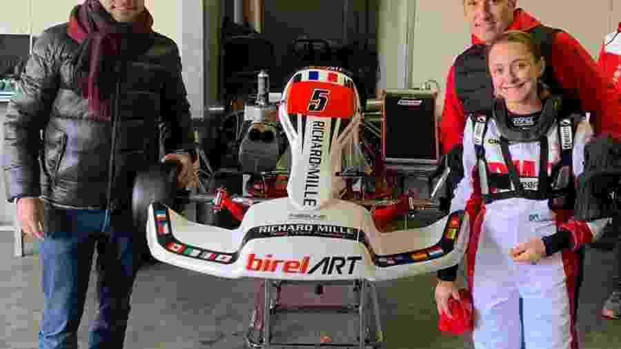 Os campeões de kart Gastão Fráguas (esq) e Renato Russo com a piloto Julia Ayoub - RF1 Divulgação
