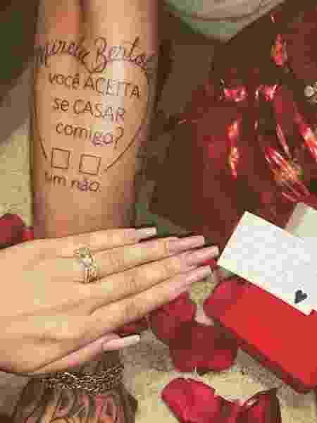 Victor Bobsin, jogador do time sub-23 do Grêmio, pediu a namorada em casamento com uma tatuagem - Reprodução