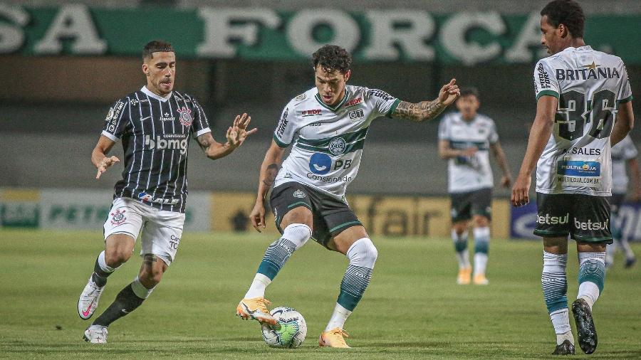 Disputa de bola entre Gabriel e Giovanni Augusto (Foto: Divulgação/Coritiba FC)