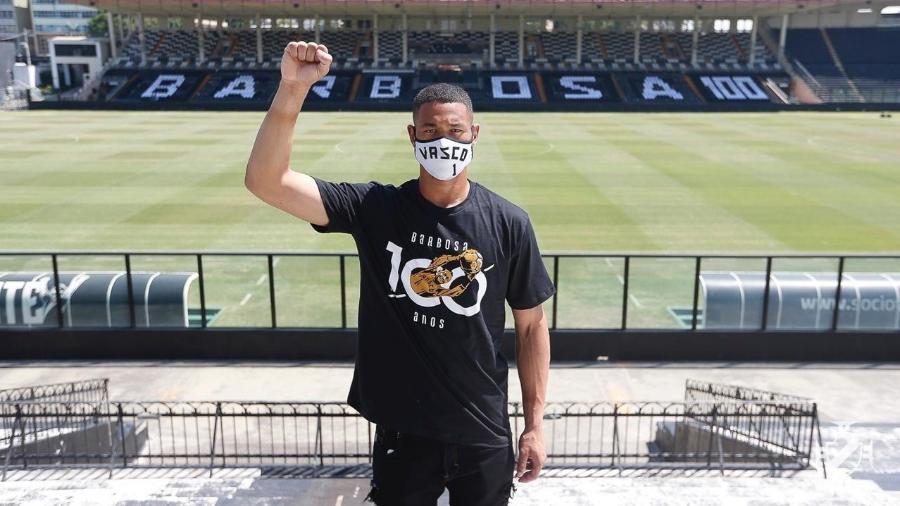 Lucão, goleiro do Vasco, posa com camisa especial em celebração ao centenário de Barbosa  - Rafael Ribeiro/Vasco