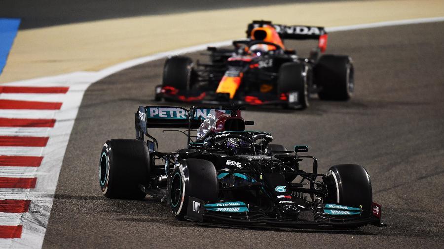 Hamilton resistiu à pressão de Verstappen nas últimas voltas para vencer o GP do Bahrein - Clive Mason - Formula 1/Formula 1 via Getty Images