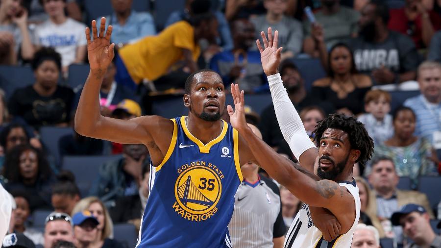 Kevin Durant e Mike Conley Jr, na época em que jogavam no Golden State Warriors e Memphis Grizzlies, respectivamente - Joe Murphy/NBAE via Getty Images