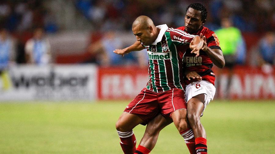 Emerson Sheik, do Fluminense, protege a bola enquanto é marcado por Willians, do Flamengo, em jogo do Campeonato Carioca de 2011 - Buda Mendes/LatinContent via Getty Images