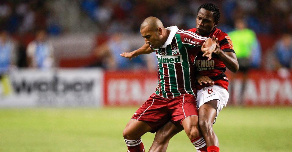 Emerson Sheik, do Fluminense, protege a bola enquanto é marcado por Willians, do Flamengo, em jogo do Campeonato Carioca de 2011
