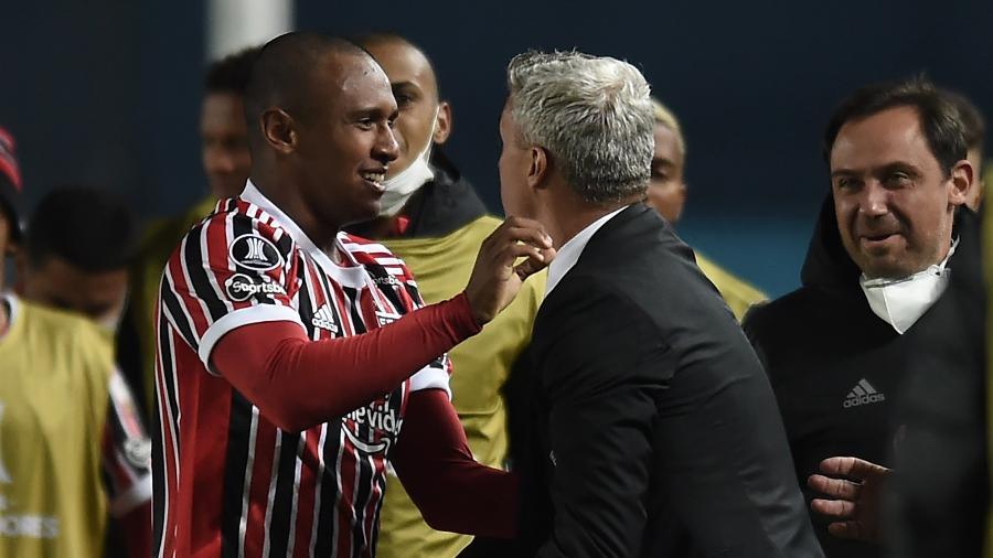 Marquinhos comemora com Crespo após marcar para o São Paulo contra o Racing - Marcelo Endelli/Getty Images