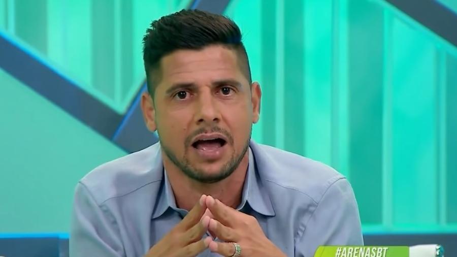 Ex-lateral, que hoje atua como comentarista do SBT, colocou em xeque a permanência do técnico na equipe paulista - Reprodução/YouTube