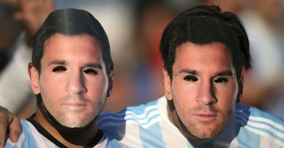 Torcedores usam máscara de Messi em homenagem ao seu 100º jogo pela seleção argentina