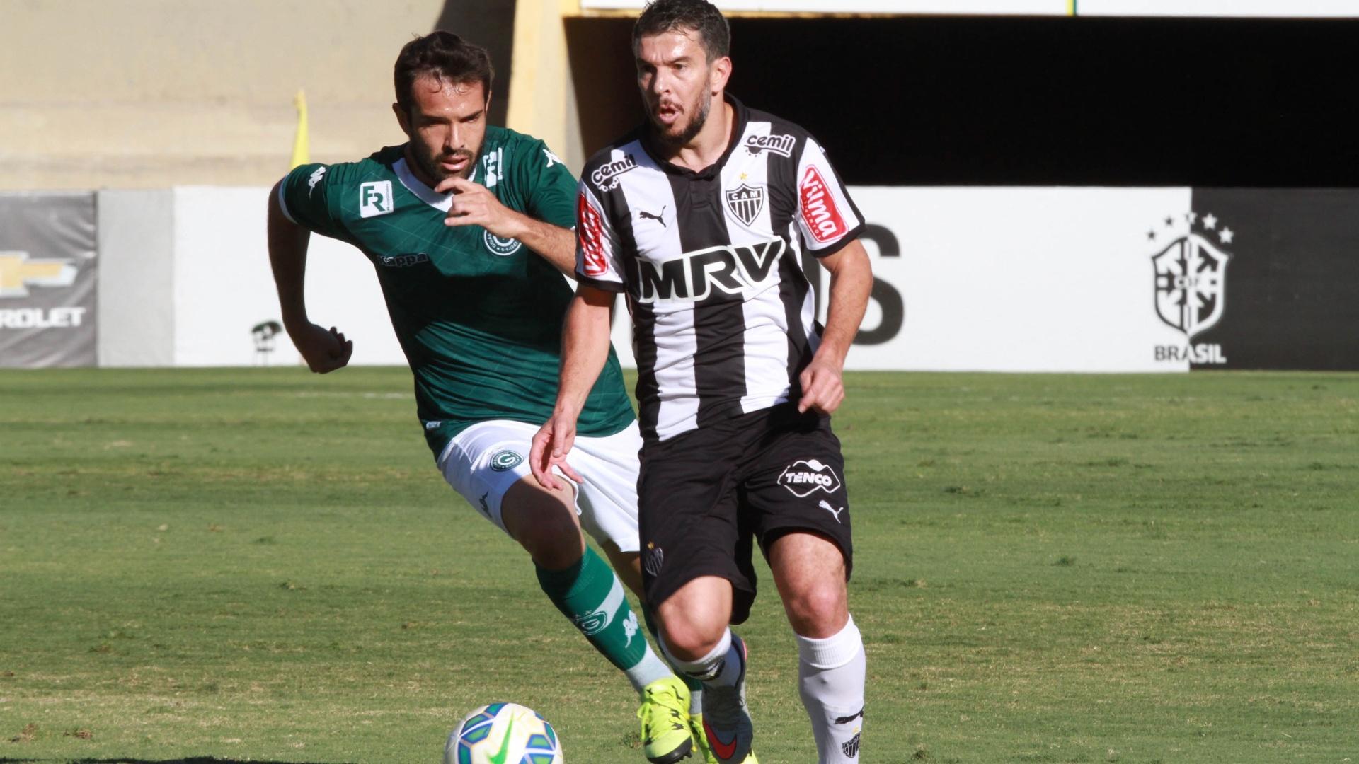 Leandro Donizete, do Atlético Mineiro, disputa lance com David, do Goiás, durante partida válida pelo Campeonato Brasileiro