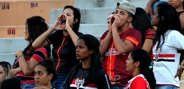 Torcida vaia o time no Pacaembu após a derrota por 3 a 1 para o São Bernardo