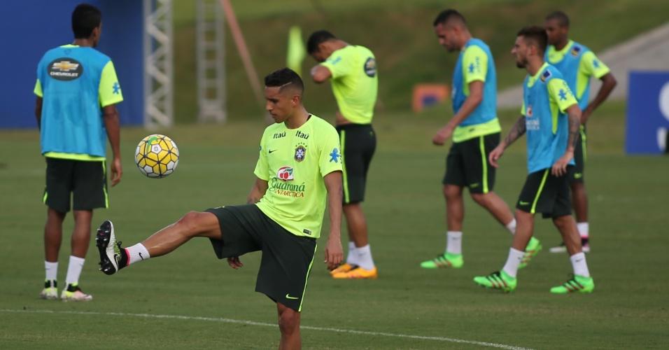 Marquinhos brinca com a bola durante treino da seleção brasileira