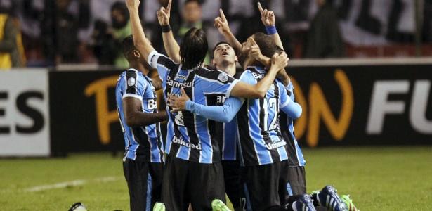 Jogadores do Grêmio comemoram gol contra a LDU e classificação às oitavas - Guillermo Granja/Reuters
