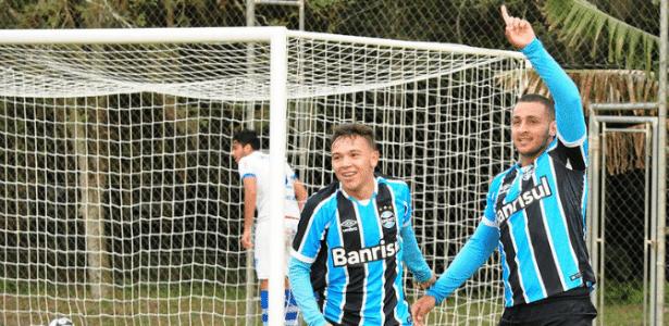 Luis Felippe (com a mão para cima) atua no Sub-20 do Grêmio e busca chance