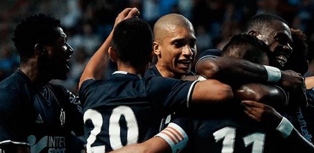 Jogadores do Olympique de Marselha comemoram gol contra o Guingamp