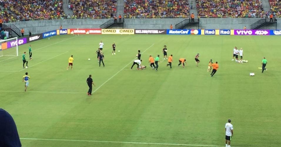 Torcedores são capturados por seguranças após invadirem treino da seleção brasileira
