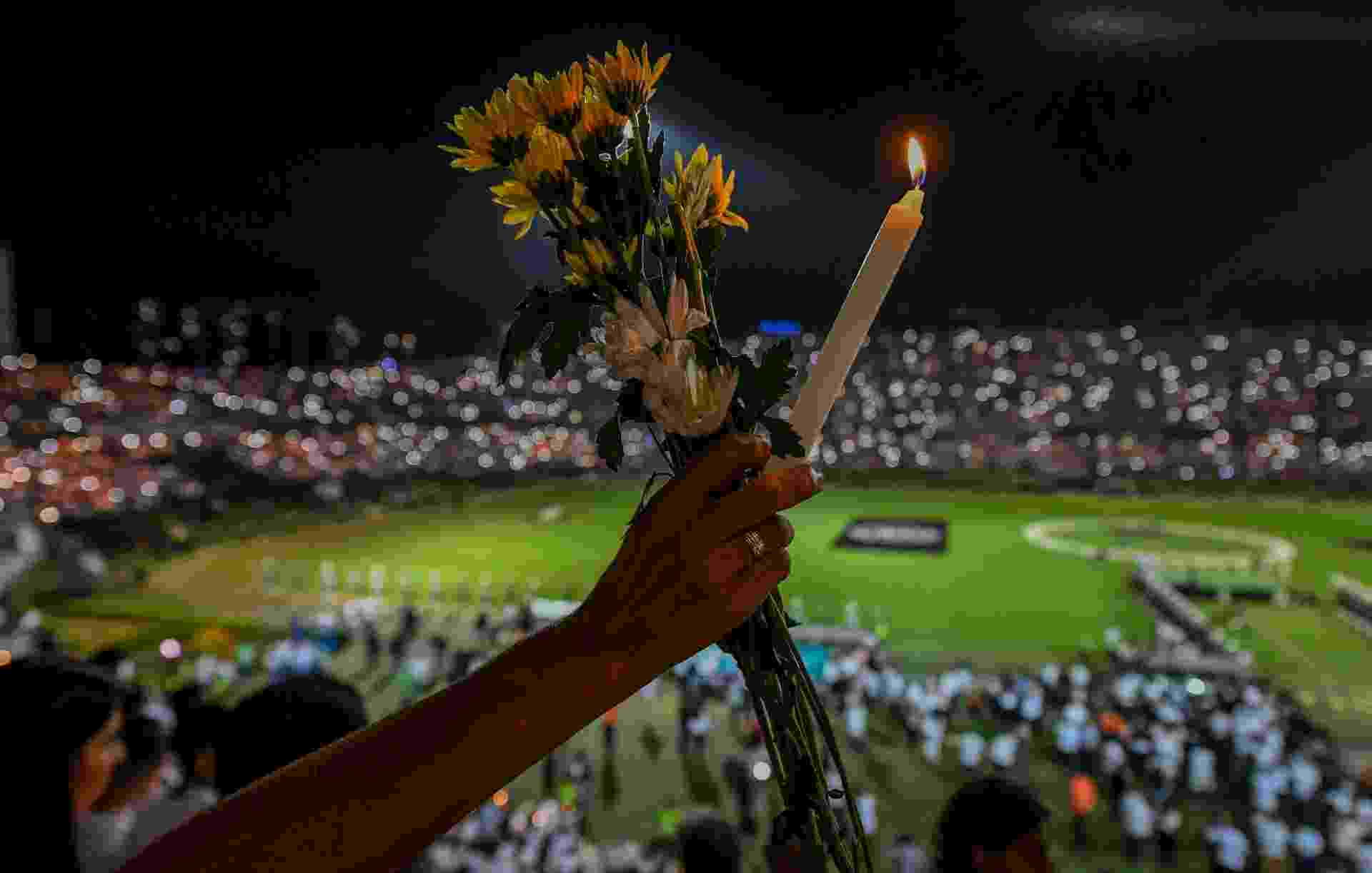Pessoas prestam homenagem no estádio Atanasio Girardot, em Medellin, na Colômbia - Luis Acosta/AFP Photo