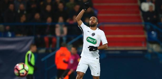 Lucas Moura comemora gol pelo PSG; brasileiro negocia para deixar o clube francês