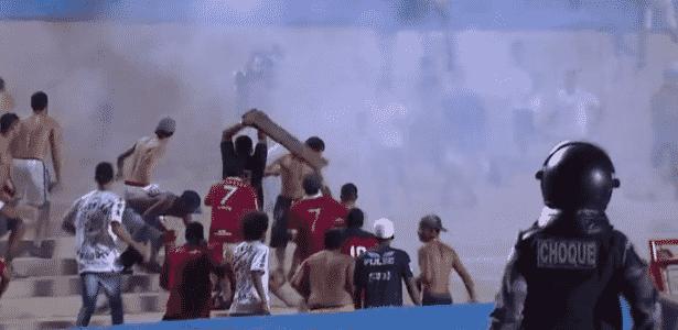 Homem usa pedaço de madeira para acertar torcedor rival durante briga em Goiás x Vila Nova no Serra Dourada - Reprodção/Premiere FC - Reprodção/Premiere FC