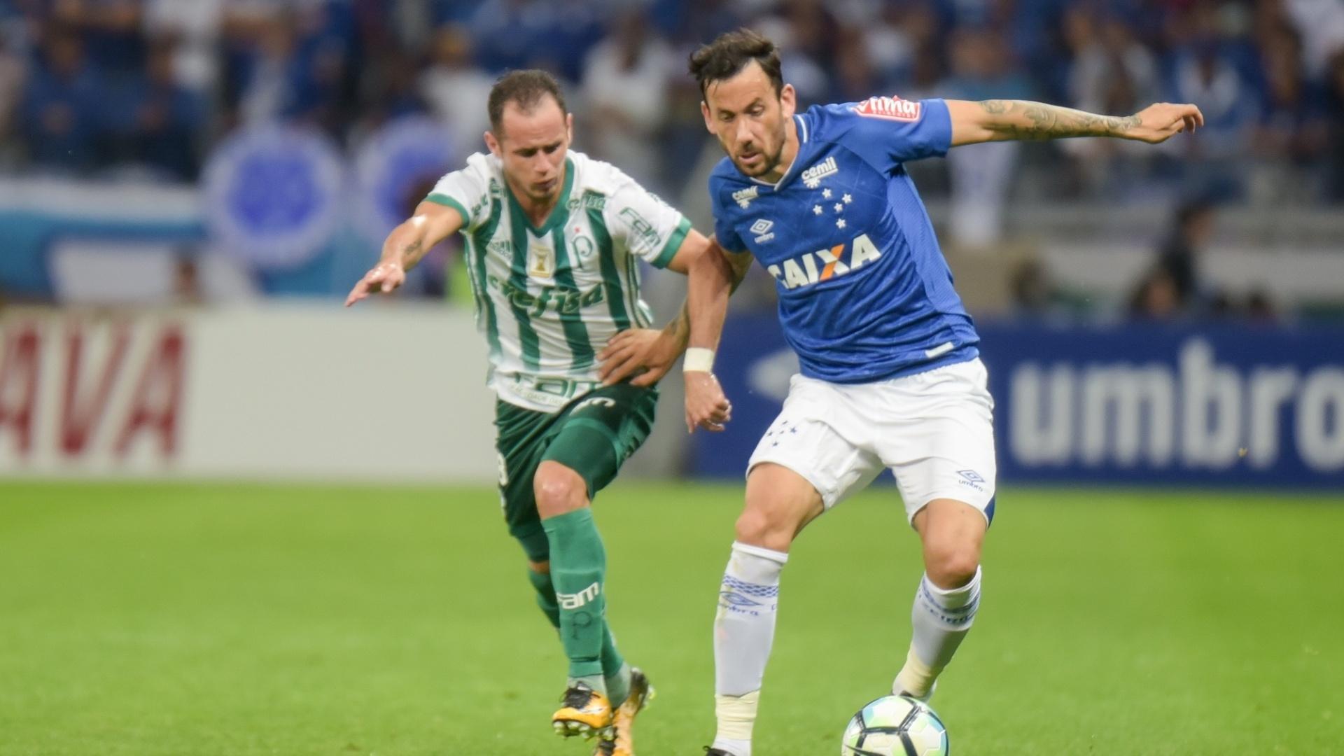 Cabral, do Cruzeiro divide lance com Guerra, do Palmeiras, pela Copa do Brasil