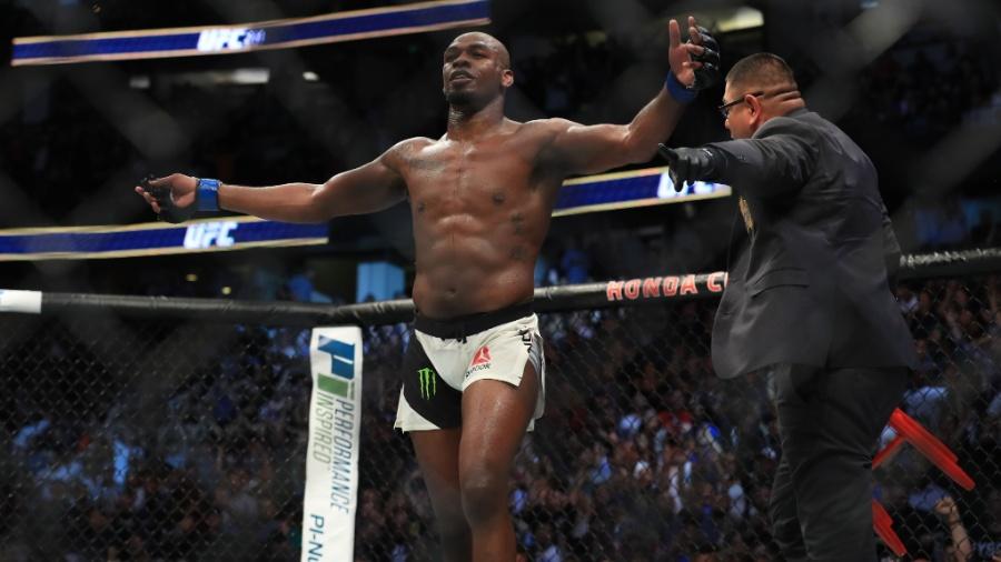 Jon Jones comemora sua vitória sobre Daniel Cormier em luta válida pelo UFC 214 - Sean M. Haffey/Getty Images/AFP