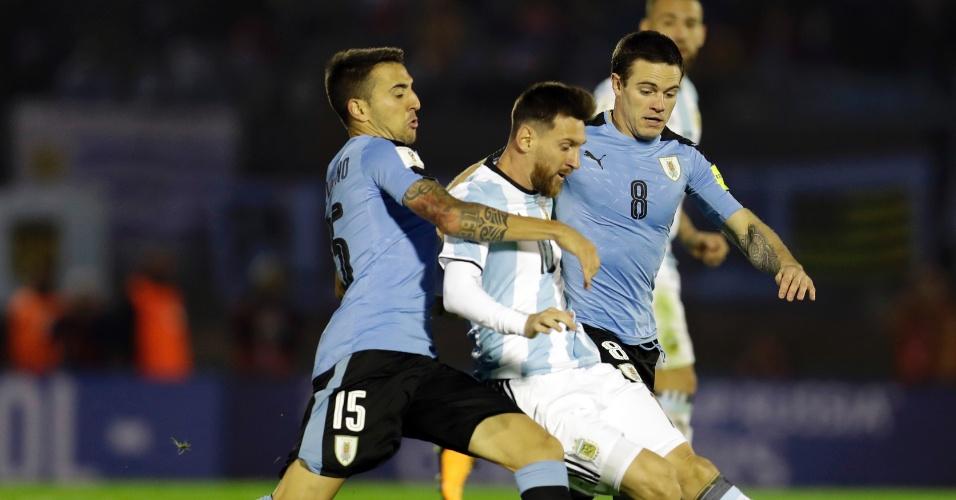 Messi é marcado de perto por Vecino no jogo entre Uruguai e Argentina