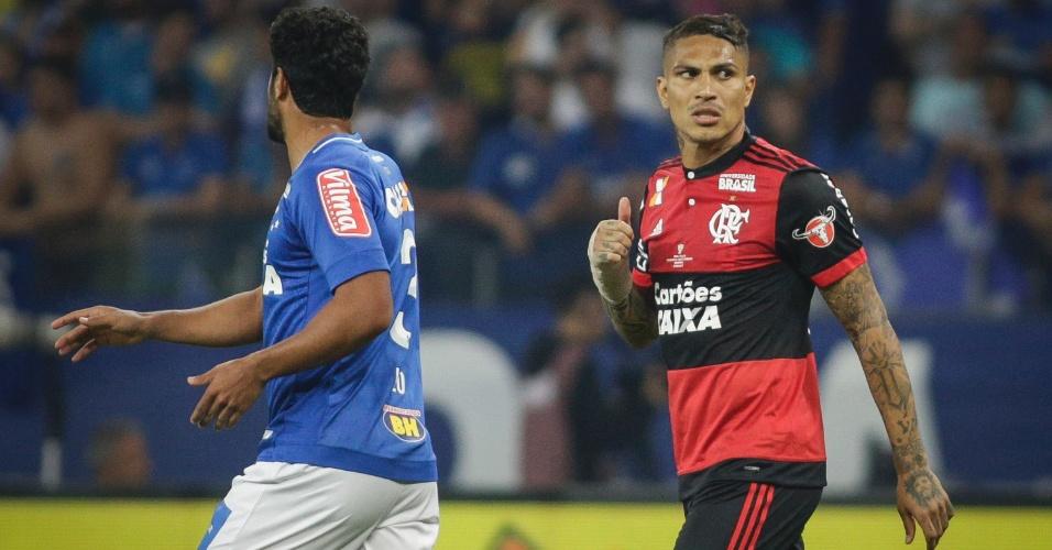 Guerrero tenta se movimentar no ataque sob a marcação do zagueiro Léo