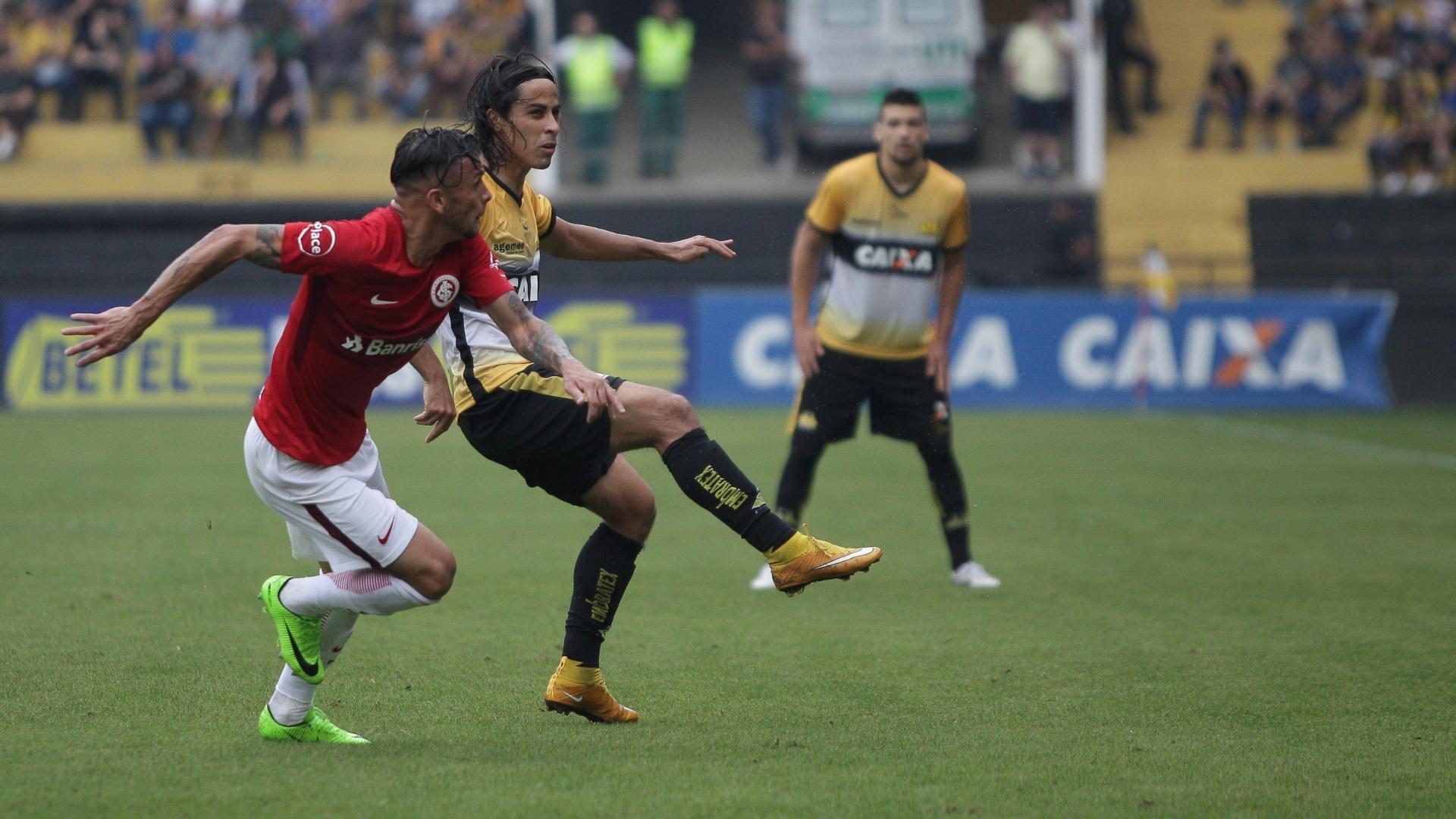 Ricardinho e Alemão disputam jogada durante jogo entre Inter e Criciúma