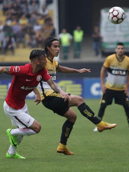 Ricardinho e Alemão disputam jogada durante jogo entre Inter e Criciúma pela Série B - Guilherme Hahn/AGIF