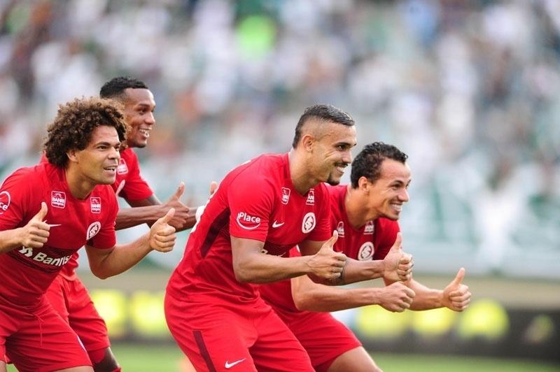 Pottker comemora seus dois gols pelo Internacional sobre o Goiás