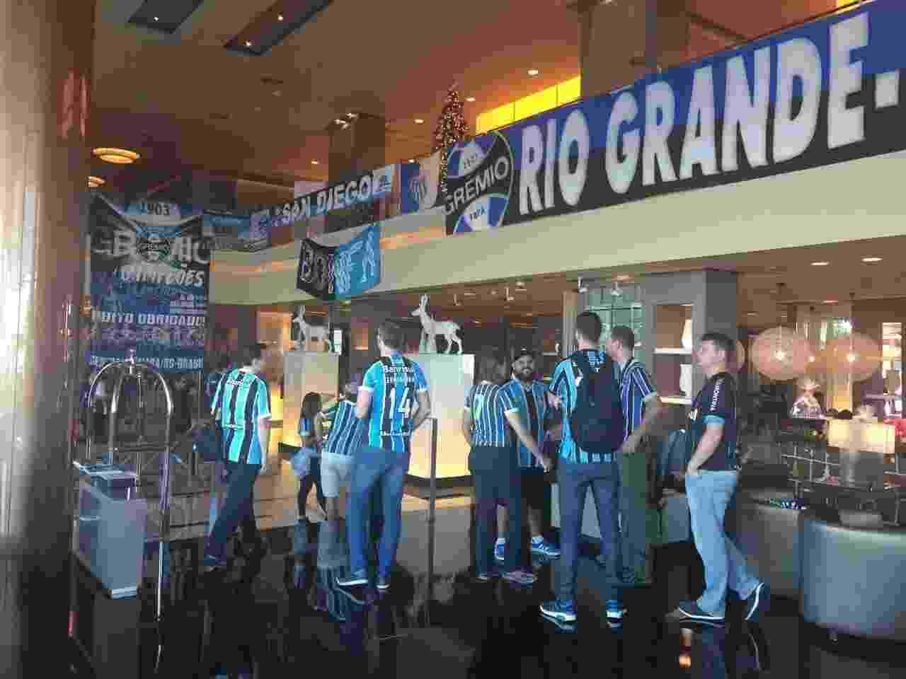 Gremistas transformam lobby do hotel em sede da torcida nos Emirados Árabes - Luiza Oliveira/UOL Esporte