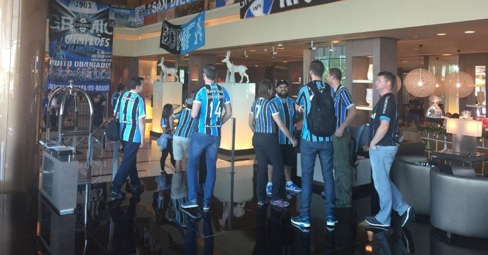 Gremistas transformam lobby do hotel em sede da torcida nos Emirados Árabes
