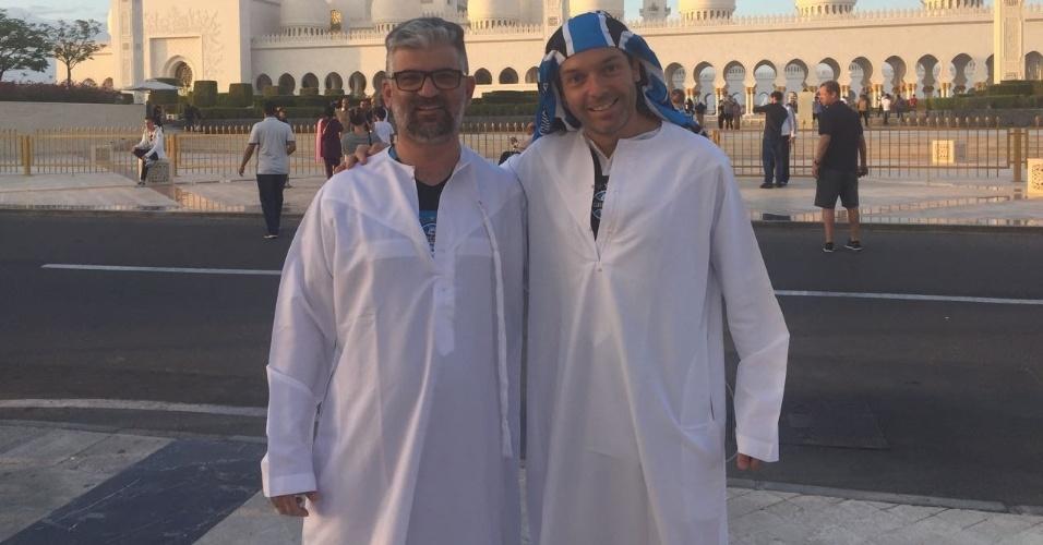 Gremistas vão à terceira maior mesquita do mundo e fazem oração pelo bi