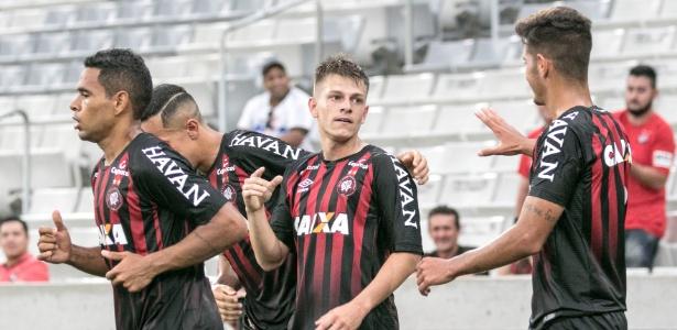 João Pedro (C) celebra gol pelo time B do Atlético: sem jogar em Curitiba, reforçará o Botafogo