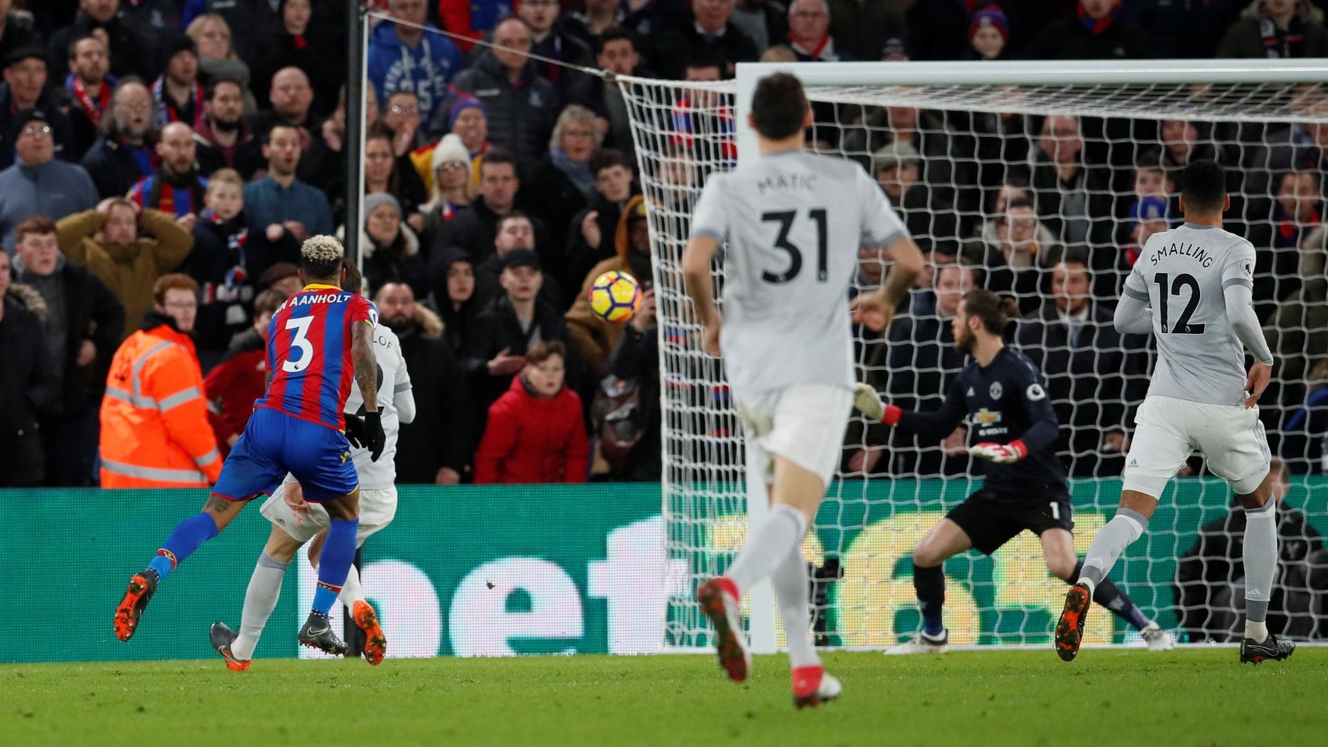 Momento do segundo gol do Crystal Palace, marcado por Van Aanholt