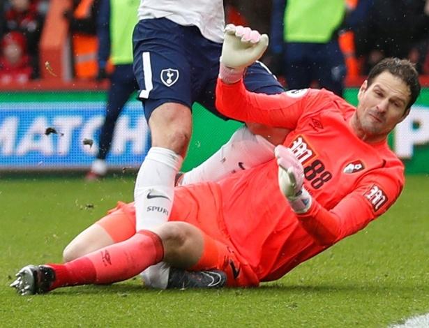 Atacante inglês fez um gol anulado e prendeu o pé embaixo do corpo do goleiro Begovic
